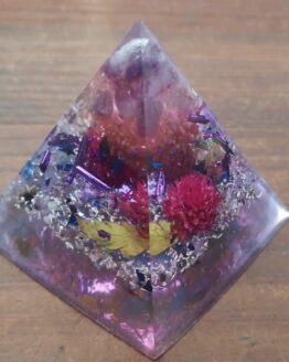 orgonite contenant des métaux, de la résine et des minéraux